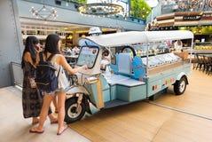 De mensen eten op het centrum van Siam, Bangkok, Thailand stock fotografie