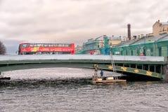 De mensen in de excursie vervoeren per bus St Petersburg Rusland Stock Afbeelding