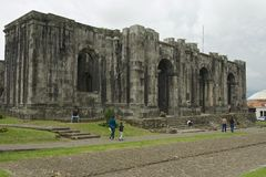 De mensen gaan de ruïnes van de Santiago Apostol-kathedraal in Cartago, Costa Rica over Stock Afbeeldingen