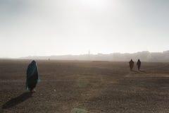 De mensen gaan door de woestijn Stock Foto's