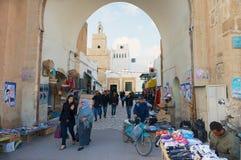 De mensen gaan door medina in Sfax, Tunesië over Stock Foto