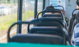 De mensen gaan door tram op een zonnige dag royalty-vrije stock foto