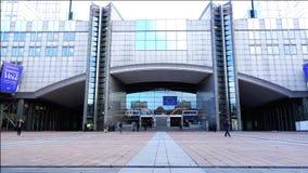 De mensen gaan en gaan de bouw van het Europees Parlement in weg stock footage