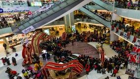 De mensen gaan het winkelen en autotentoonstelling tijdens Chinees de Lentefestival in Peking stock footage