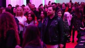 De mensen gaan na de modeshow weg stock footage