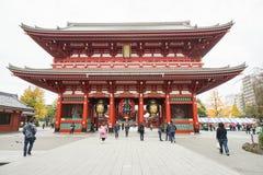 De mensen gaan naar tempel Senso -senso-ji in Asakusa Japan op 2 December 2016 wordt genomen die Stock Foto