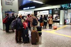 De mensen gaan Namba-station in Osaka, Japan in Stock Afbeeldingen
