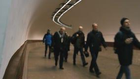 De mensen gaan op de metro stock video
