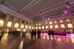 De mensen gaan op zaal en communiceren na Ceremonie van het belonen Royalty-vrije Stock Afbeeldingen