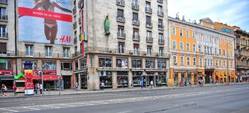 De mensen gaan de stad in door weg in Boedapest Royalty-vrije Stock Foto