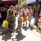 De mensen gaan winkelend in de middagzon in Lincoln Road Stock Foto's