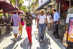 De mensen gaan winkelend in de middagzon in Lincoln Road Stock Afbeelding