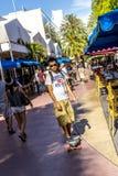 De mensen gaan winkelend in de middagzon in Lincoln Road Royalty-vrije Stock Afbeeldingen