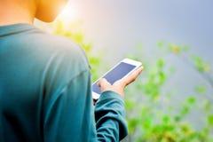 De mensen gebruiken mobiele telefoons om aankopen online te maken stock afbeeldingen