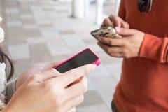 De mensen gebruiken telefoon om richtingen te vinden Royalty-vrije Stock Foto's