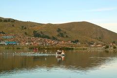 De mensen genieten Peddel van Roeien op het Meer Titicaca in Puno-Stad van Peru stock afbeeldingen