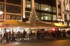 De mensen genieten van chrismasfair in Boedapest Stock Foto