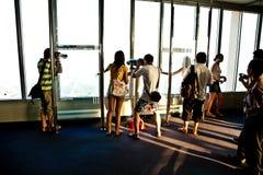De mensen genieten van de mening die de horizon van Bangkok overzien Royalty-vrije Stock Foto