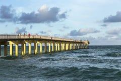 De mensen genieten van de Visserijpijler in Sunny Isles Beach Royalty-vrije Stock Foto's