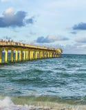 De mensen genieten van de Visserijpijler in Sunny Isles Beach Royalty-vrije Stock Afbeelding