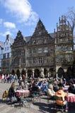 De mensen genieten van een drank op terras, MÃ ¼ nster, Duitsland Stock Foto's