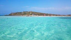 De mensen genieten van een zonnige dag bij Nissi-Strand, Cyprus Royalty-vrije Stock Fotografie