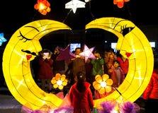 De mensen genieten van eigengemaakte lantaarns om Lantaarnfestival te vieren