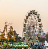 De mensen genieten van het grote wiel binnen in het pretpark in Delhi voor Stock Afbeelding
