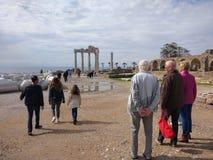 De mensen genieten van lopend door Antalya-Kant op het strand in een zonnige dag royalty-vrije stock afbeelding