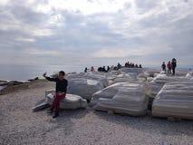 De mensen genieten van lopend door Antalya-Kant op het strand in een zonnige dag royalty-vrije stock afbeeldingen