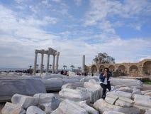 De mensen genieten van lopend door Antalya-Kant op het strand in een zonnige dag royalty-vrije stock fotografie