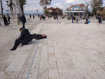 De mensen genieten van lopend door Antalya-Kant op het strand in een zonnige dag stock fotografie