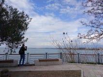De mensen genieten van lopend door Antalya-Kant op het strand in een zonnige dag stock foto