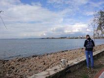 De mensen genieten van lopend door Antalya-Kant op het strand in een zonnige dag royalty-vrije stock foto's