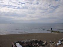 De mensen genieten van lopend door Antalya-Kant op het strand in een zonnige dag stock foto's