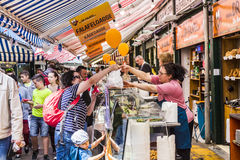 De mensen genieten van Naschmarket in Wenen Stock Foto