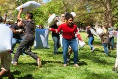 De mensen genieten van rakend elkaar op de Internationale Dag van de Hoofdkussenstrijd Royalty-vrije Stock Afbeelding