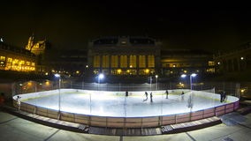 De mensen genieten van schaatsend op de ijsbaan in het centrum van de stad van Boedapest (Tijdtijdspanne) stock video