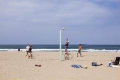 De mensen genieten van speel Volleyball bij Redondo-Strand Royalty-vrije Stock Afbeeldingen