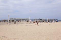 De mensen genieten van speel Volleyball bij Redondo-Strand Royalty-vrije Stock Fotografie
