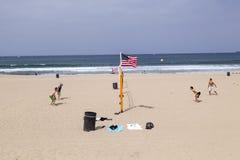 De mensen genieten van speel Volleyball bij Redondo-Strand Stock Fotografie