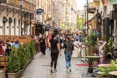 De mensen genieten van Straat de Van de binnenstad van Lipscani van de de Lentetijd Royalty-vrije Stock Afbeeldingen