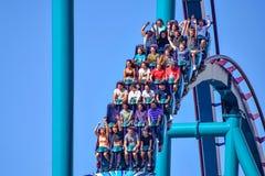 De mensen genieten van trillingen voor rit van de Mako-achtbaan in pretpark in Seaworld op Internationaal Aandrijvingsgebied 22 royalty-vrije stock afbeelding