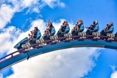 De mensen genieten van trillingen voor rit van de Mako-achtbaan in pretpark in Seaworld op Internationaal Aandrijvingsgebied 19 royalty-vrije stock fotografie