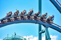 De mensen genieten van trillingen voor rit van de Mako-achtbaan in pretpark in Seaworld op Internationaal Aandrijvingsgebied 15 royalty-vrije stock foto's