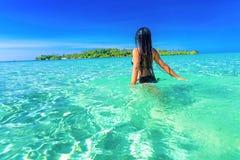De mensen genieten van vakantie op tropisch zandig strand op achtergrondzeewater en blauwe hemel Stock Foto