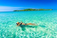 De mensen genieten van vakantie op tropisch zandig strand op achtergrondzeewater en blauwe hemel Stock Afbeelding