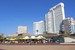 De mensen genieten van Voedsel en Verfrissingen bij Beachfront-Restaurant Royalty-vrije Stock Foto's