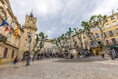 De mensen genieten van zittend op de centrale plaats in Aix-en-Provence bij stock afbeelding