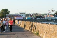 De mensen genieten van de zon in Porthcawl, Zuid-Wales, het UK Royalty-vrije Stock Foto's